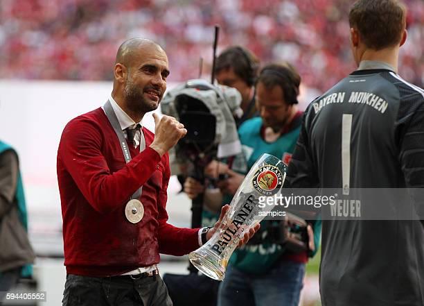 Josep Pep Guardiola Trainer FC Bayern München mit Manuel Neuer FC Bayern München feiert die 24 deutsche Meisterschaft Fussball Bundesliga FC Bayern...