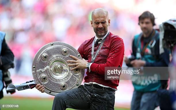 Josep Pep Guardiola , Trainer FC Bayern München mit Meisterschale und klatschnass nach Weißbierdusche FC Bayern München feiert die 24. Deutsche...