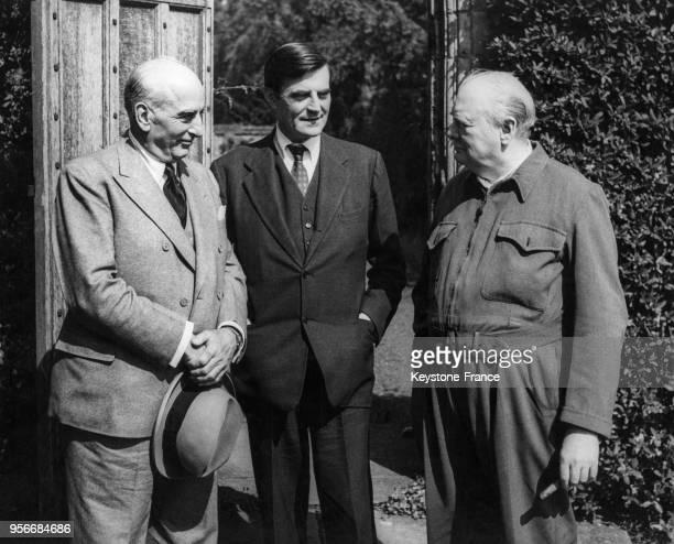 Joseph Davies représentant personnel du président Truman Monsieur Winant ambassadeur américain à Londres et Winston Churchill photographiés dans le...