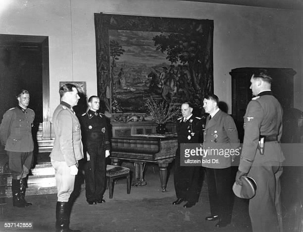 Joseph DietrichAdolf Hitler Max WuenscheMax Wünsche Politiker NSDAP D im Berghof auf dem Obersalzberg bei Berchtesgaden nach Überreichung des...