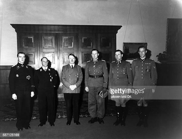 Joseph DietrichOtto GünscheAdolf Hitler Max WuenscheMax Wünsche Politiker NSDAP D im Berghof auf dem Obersalzberg bei Berchtesgaden nach Überreichung...