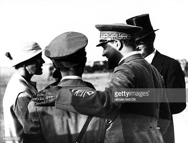 Joseph Goebbels auf dem Militärflugplatz Ciampinobei Rom in Erwartung der ersten Landungeines Zeppelins; weiter nach rechts:Luftfahrtminister General...