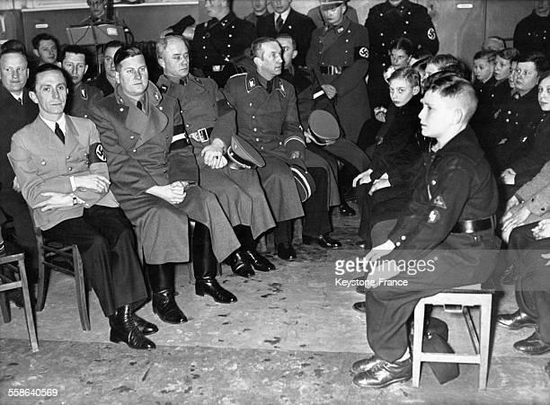 Joseph Goebbels en visite dans une école berlinoise de Neukoln assis parmi les écoliers avant de leur adresser un discours le 30 janvier 1937 à...