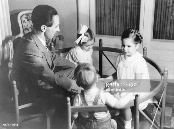 Joseph Goebbels Politiker NSDAP D beim Spiel mit den Kindern Hilde Hellmut und Helga 1938