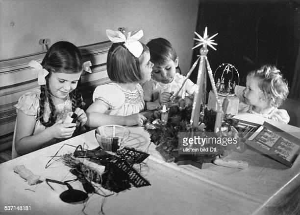 Joseph Goebbels Politiker NSDAP D die Kinder Helga Hilde Hellmut und Holde bei Weihnachtsbasteleien Dezember 1938 Foto Ernst Sandau
