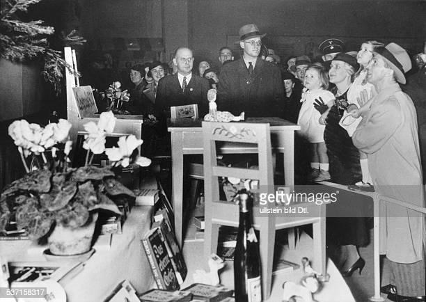Joseph Goebbels Politiker NSDAP D mit Ehefrau Magda sowie den Töchtern Hilde und Helga auf dem Weihnachtsmarkt am Funkturm in Berlin veröffentlicht