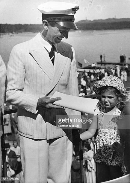 Joseph Goebbels Politiker NSDAP D mit Tochter Helga bei einer Ruderregatta auf der Rennstrecke auf dem Unterlauf der Dahme in Grünau 23051937