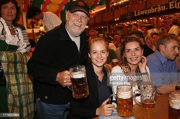 Joseph Vilsmaier Mit Ehefrau Dana Vavrova Und Tochter Josefina Bei Der Davidoff Nacht Im Hippodrom Beim Oktoberfest In München