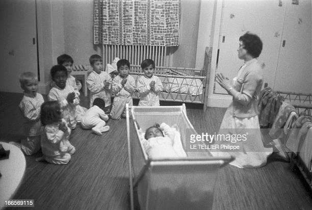 Josephine Baker Adopts A Tenth Child CastelnaudlaChapelle 28 avril 1959 Dans une chambre du château des Milandes les enfants de Joséphine BAKER font...
