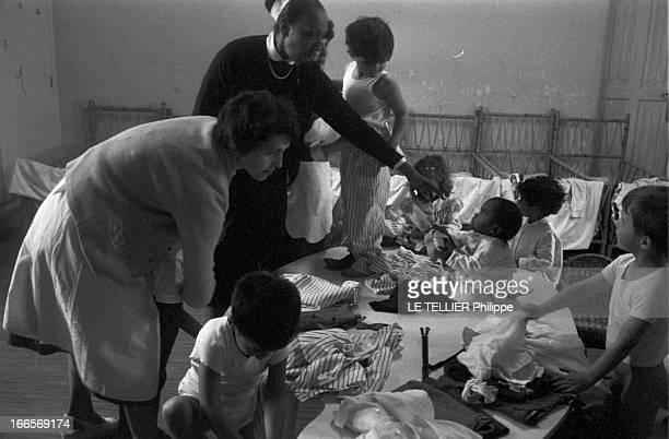 Josephine Baker Adopts A Tenth Child CastelnaudlaChapelle 28 avril 1959 Dans une chambre du château des Milandes Joséphine BAKER à gauche tendant la...
