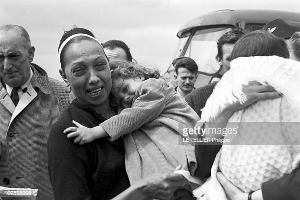 Josephine Baker Adopts A Tenth Child En France le 25 avril 1959 sur la piste d'un aéroport une hôtesse de l'air à droite tient dans ses bras Mara...