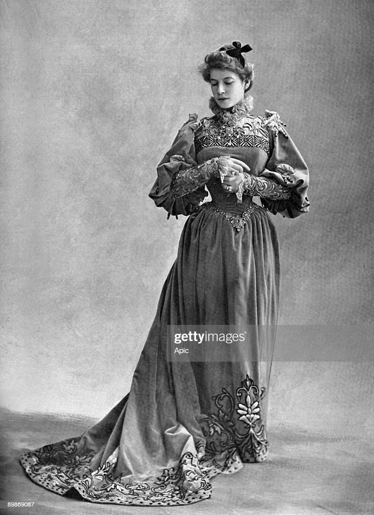 Josephine Brunschwig aka Marthe Brandes (1862-1930) french comedian as Dona Dolores in play 'Patrie' at Comedie Francaise, Paris, photo from french paper 'Le Theatre' May 1901 : News Photo