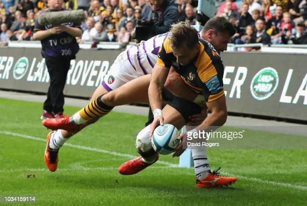 Josh Bassett of Wasps beats Adam Thompstone to score their second try during the Gallagher Premiership Rugby match between Wasps and Leicester Tigers...