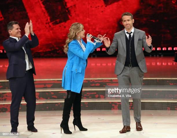 Josh Brolin presenter Milly Carlucci and Ryan Reynolds attend the Italian TV show 'Ballando Con Le Stelle' at RAI Auditorium on May 5 2018 in Rome...