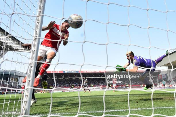 Josh Brownhill of Bristol City scores his team's first goal past Emiliano Martinez of Reading during the Sky Bet Championship match between Bristol...