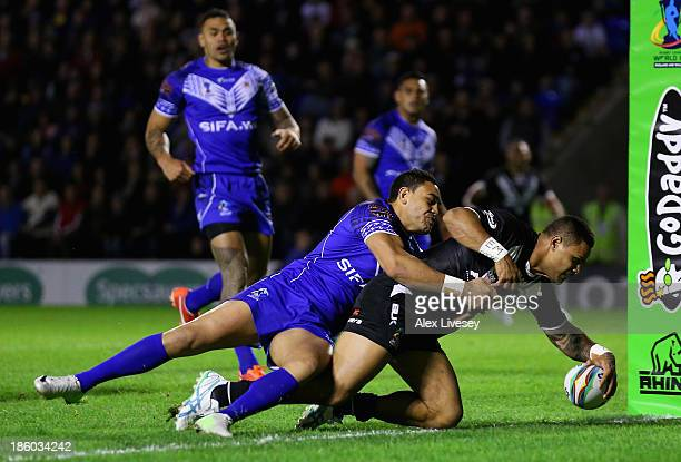 Josh Hoffman of New Zealand beats a tackle from Antonio Winterstein of Samoa to score the first try during the Rugby League World Cup Group B match...