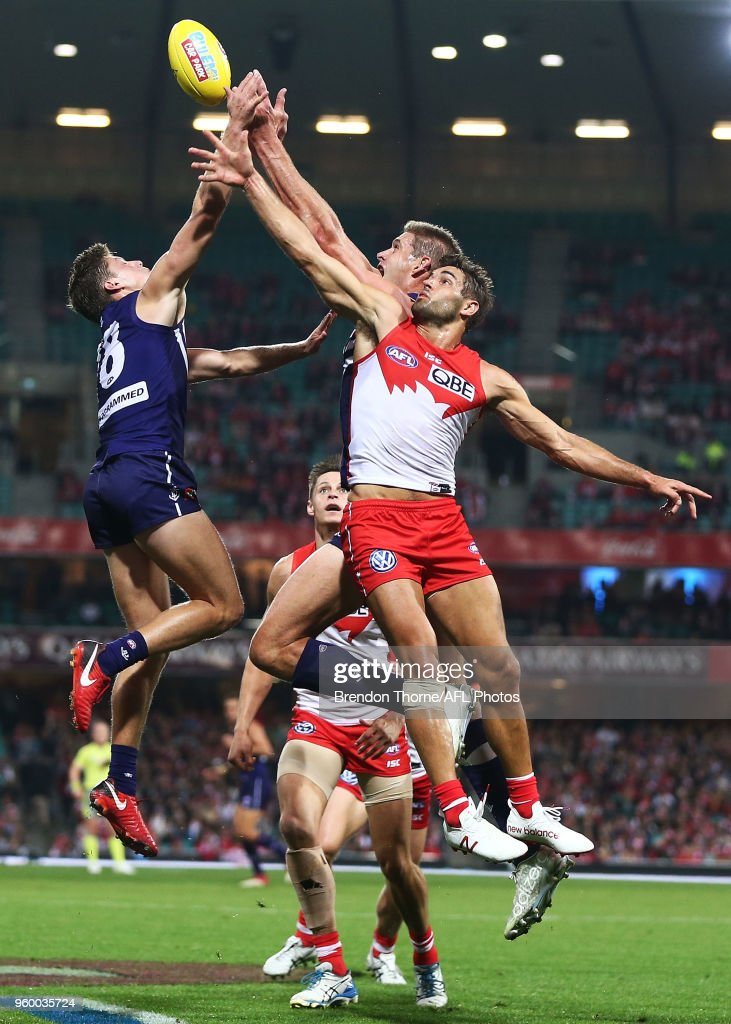 Josh Kennedy of the Swans contests the ball during the round nine AFL match between the Sydney Swans and the Fremantle Dockers at Sydney Cricket Ground on May 19, 2018 in Sydney, Australia.