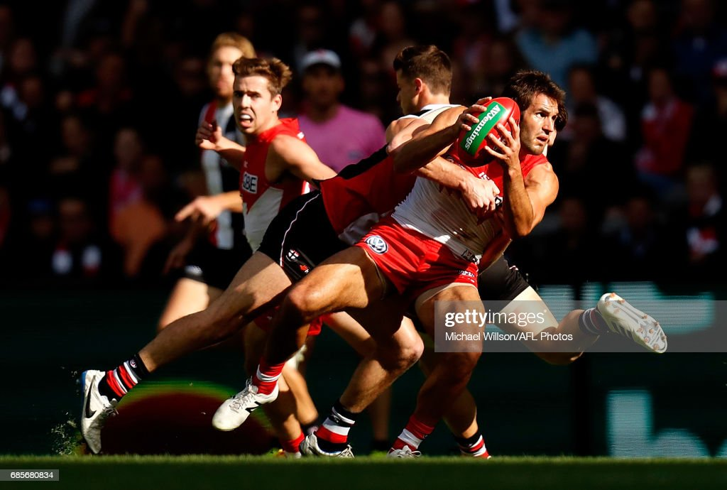 Josh Kennedy of the Swans in action during the 2017 AFL round 09 match between the St Kilda Saints and the Sydney Swans at Etihad Stadium on May 20, 2017 in Melbourne, Australia.