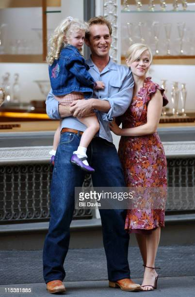 "Josh Lucas and Reese Witherspoon during Reese Witherspoon and Josh Lucas filming ""Sweet Home Alabama"" in New York City at Soho in New York City, New..."