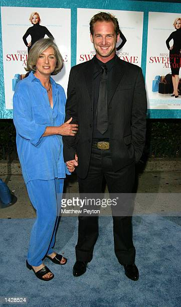 Josh Lucas poses at the world premiere of Touchstone Pictures' Sweet Home Alabama at the Chelsea West Cinema September 23 2002 in New York City New...