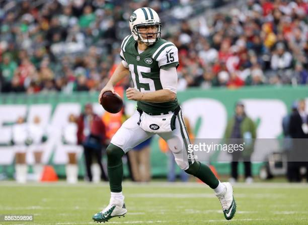 Josh McCown of the New York Jets scrambles against the Kansas City Chiefs on December 03 2017 at MetLife Stadium in East Rutherford New JerseyThe New...