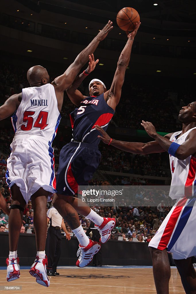 Josh Smith #5 of the Atlanta Hawks attempts a shot against Jason Maxiell #54 of the Detroit Pistons at the Palace of Auburn Hills December 14, 2007 in Auburn Hills, Michigan.