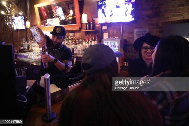 Joshua Barnes, barman, prepara una bebida el 29 de enero de 2020 SoFo Tap, el cual se ubica frente a Dispensary 33 sobre Clark Street, en el barrio...