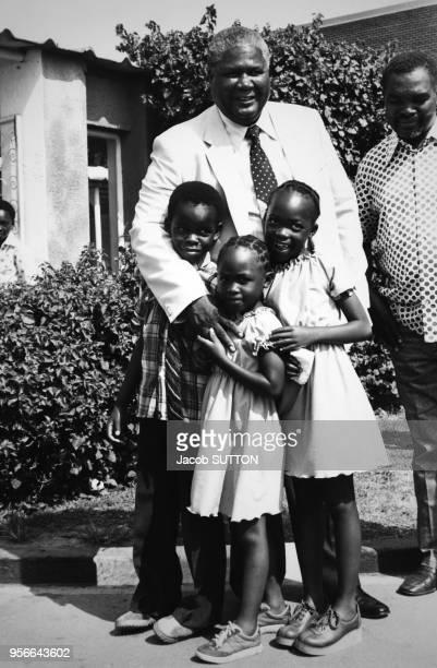 Joshua Nkomo leader du Patriotic Front principal mouvement de libération des noirs posant avec des enfants le 8 février 1980 près de Salisbury au...