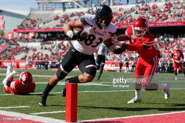 Josiah Deguara of the Cincinnati Bearcats catches a pass for a touchdown defended by Deontay Anderson of the Houston Cougars in the second quarter at...