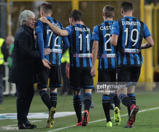 Josip Ilicic of Atalanta BC celebrates his goal with his teammates and with his coach Gian Piero Gasperini during the Serie A match between Atalanta...