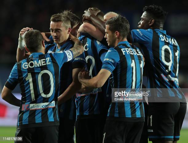Josip Ilicic of Atalanta BC celebrates his goal with his teammates during the TIM Cup match between Atalanta BC and ACF Fiorentina at Stadio Atleti...