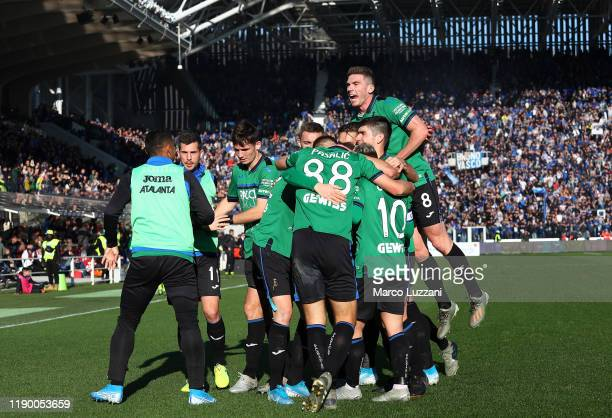 Josip Ilicic of Atalanta BC celebrates his goal with his teammates during the Serie A match between Atalanta BC and AC Milan at Gewiss Stadium on...