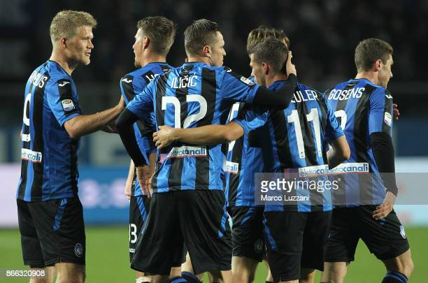 Josip Ilicic of Atalanta BC celebrates his goal with his teammates during the Serie A match between Atalanta BC and Hellas Verona FC at Stadio Atleti...