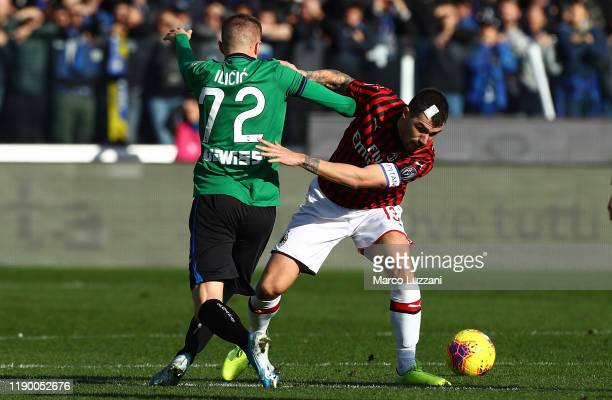 Josip Ilicic of Atalanta BC competes for the ball with Alessio Romagnoli of AC Milan during the Serie A match between Atalanta BC and AC Milan at...