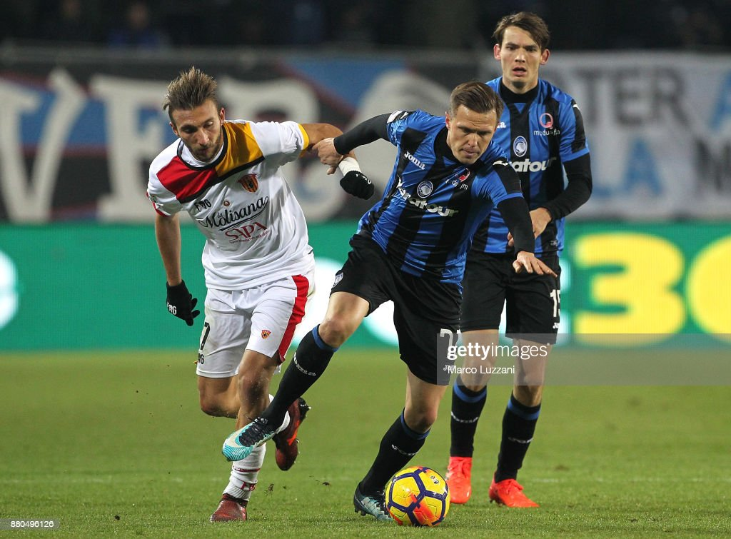 Josip Ilicic (R) of Atalanta BC competes for the ball with Gianluca Di Chiara (L) of Benevento Calcio during the Serie A match between Atalanta BC and Benevento Calcio at Stadio Atleti Azzurri d'Italia on November 27, 2017 in Bergamo, Italy.