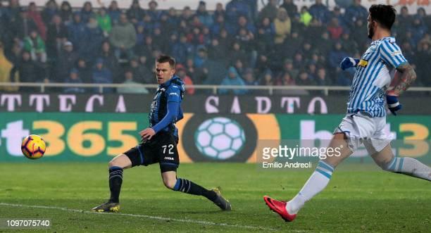 Josip Ilicic of Atalanta BC scores his goal during the Serie A match between Atalanta BC and SPAL at Stadio Atleti Azzurri d'Italia on February 10,...