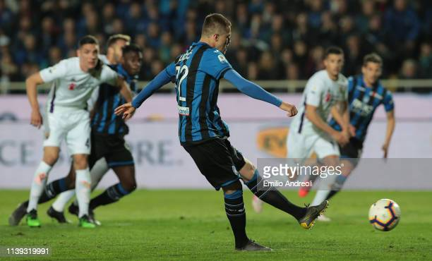 Josip Ilicic of Atalanta BC scores on a penalty kick during the TIM Cup match between Atalanta BC and ACF Fiorentina at Stadio Atleti Azzurri...