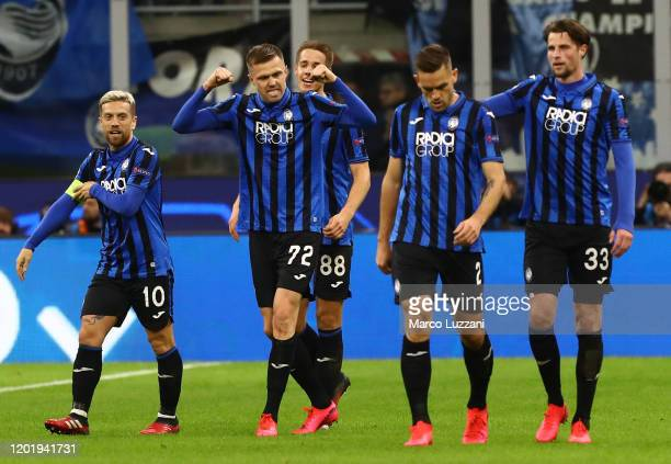 Josip Ilicic of Atalanta celebrates his goal with his teammates during the UEFA Champions League round of 16 first leg match between Atalanta and...