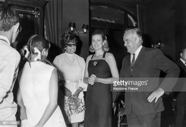 Joséphine Baker et ses enfants sont reçus par la princesse Grace de Monaco et le prince Rainier de Monaco à Monaco le 7 août 1969 Joséphine Baker est...