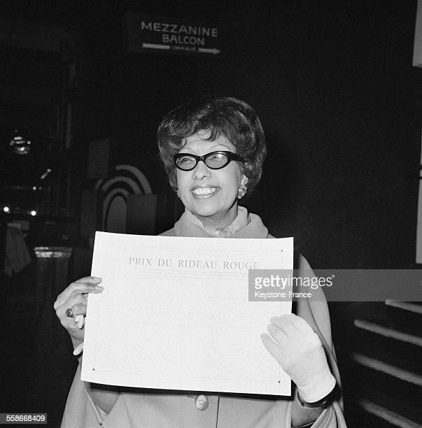 Joséphine Baker tenant son diplôme qu'elle vient de recevoir à l'Olympia à Paris France le 10 avril 1968