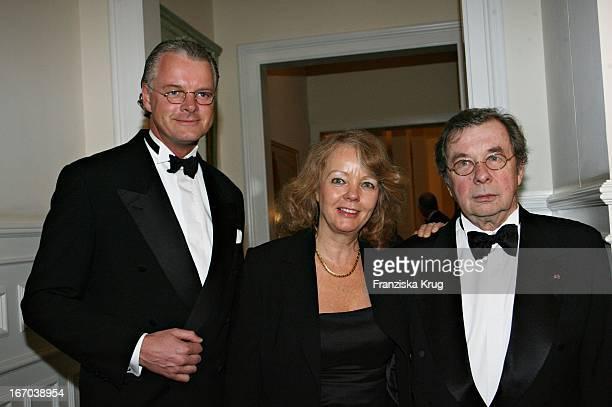 """Jost Deitmar , Prof Dr Hellmuth Karasek Und Ehefrau Armgard Bei Der Preisverleihung """"Champagnepreis Für Lebensfreude"""" Im Hotel Louis C. Jacob In..."""