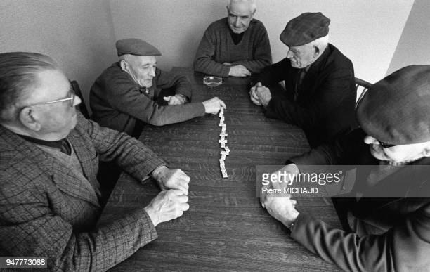 Joueurs de dominos dans une maison de retraite à Landivisiau dans le Finistère France