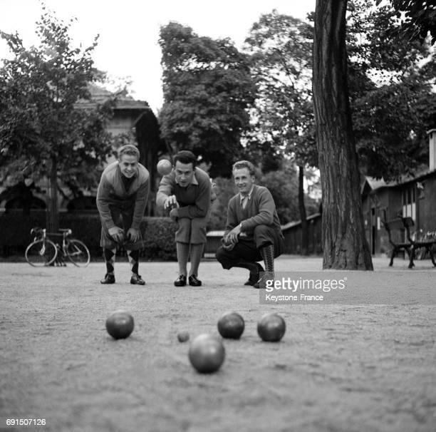 Joueurs de pétanque au Bois de Boulogne à Paris France en 1954