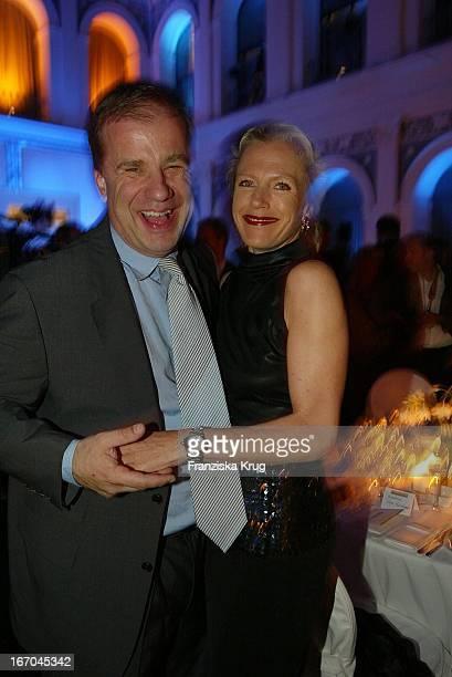Journalist Hubertus Meyer Burckhardt Mit Ehefrau Jacqueline Bei Der Verleihung Der Goldenen Feder In Der Hamburger Handelskammer