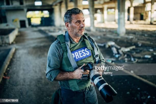 journalist, der reportage macht - journalist stock-fotos und bilder
