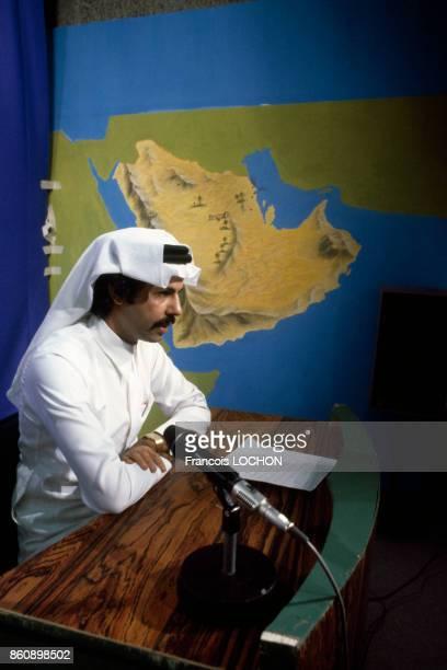 Journaliste à l'antenne dans les studios de la télévision à Riyadh en mars 1980 Arabie saoudite