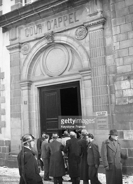 Journalistes couvrant le proces entrant dans la cour d'appel pour l'audience a Riom France en 1942