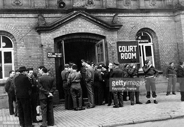 Journalistes et correspondants de guerre à l'entrée du tribunal où se tient le procès des bourreaux de Belsen, à Lunebourg, Allemagne en septembre...