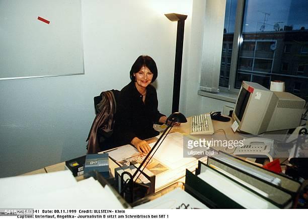 Journalistin Dsitzt am Schreibtisch bei SAT 1