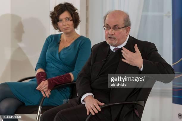 Journalistin und Schriftstellerin Eva Menasse und Schriftsteller Salman Rushdie anlässlich der Diskussion über der Rolle der von Intellektuellen und...